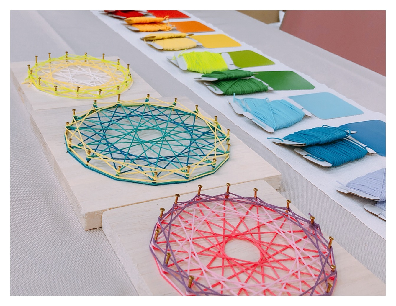夏休み:色と遊ぼう 糸かけマンダラアート